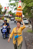 Woman carrying offerings — Stock Photo