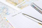 Cuaderno espiral con pluma y mapa — Foto de Stock