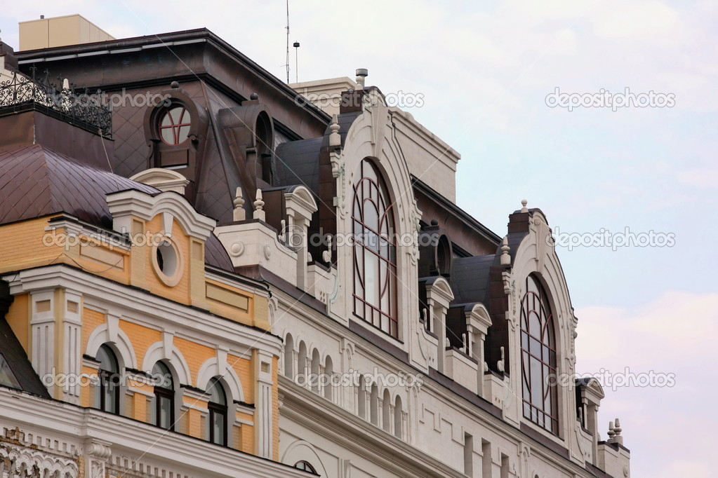 The upper part of the facade of an old house in the square of Bogdan Khmelnitsky in Kiev — Stock Photo #9972011