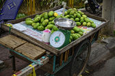 Green mangos in Vietnamese street markets — Stock Photo