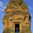 Girl on the top of Phnom Bakheng temple, Angkor, Cambodia — Stock Photo