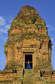 Girl on the top of Phnom Bakheng temple, Angkor, Cambodia — Stock Photo