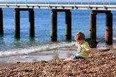 Malý chlapec na kamenité pláže — Stock fotografie