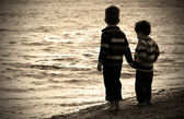 Two little boys playing at the beach — Stock Photo