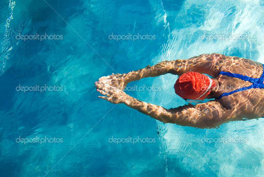 Athletic swimmer is diving in a swimming pool — Stock Photo #9015455