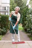 Senior com vassoura — Foto Stock