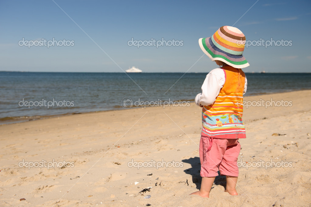 Little girl at the beach looking at the sea — Stock Photo #9498556