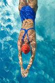Atletische zwemmer in actie in een zwembad — Stockfoto