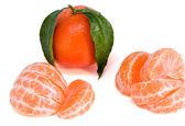 Um mandarim e suas fatias — Foto Stock