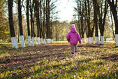 Girl walks in the park — Stock Photo