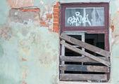 Janela fechadas e parede grunged — Fotografia Stock