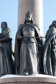 Staty av kung med krona på huvudet. — Stockfoto
