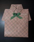 Presentpapper en skjorta. — Stockfoto