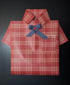 Geschenkverpakking als een shirt. — Stockfoto