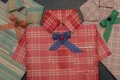 Envoltura de regalo en forma de una camisa. — Foto de Stock