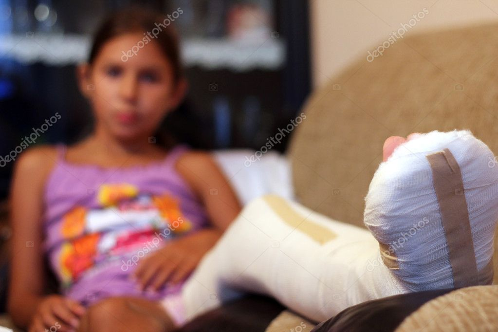 A girl with a broken leg rests in her bed. — Stock Photo #9181772