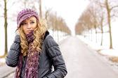 Jonge vrouw buiten in de winter in sneeuw kou — Stockfoto