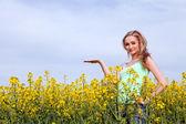 Piękna blondynka w polu w lecie — Zdjęcie stockowe