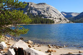 Crystal clear lake in Yosemite National Park — Stock Photo