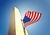 Bandera patriótica volando en el monumento a washington — Foto de Stock
