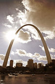 Sunny St. Louis Arch Over City — Stock Photo