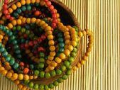 Drewniane kolorowe biżuteria na bambus tabeli — Zdjęcie stockowe