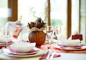 Uma tabela de descontraído restaurante vermelho — Foto Stock