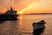 黒海の海岸でボートと夕日 — ストック写真