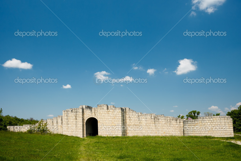 Gate and fortress walls of the Preslav fortress, Bulgaria — Stock Photo #9150060