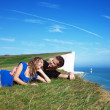Happy couple on the edge of a cliff — Stock Photo
