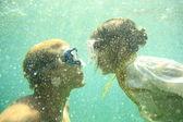 Unterwasser kuss — Stockfoto