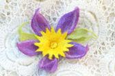 Fioletowy kwiat z filcu - spinka, broszka — Zdjęcie stockowe