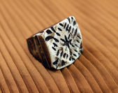 Oryginalny pierścionek kości słoniowej — Zdjęcie stockowe