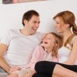 Улыбаясь семьи на дому — Стоковое фото