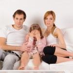 Испугалась дочь смотреть телевизор — Стоковое фото