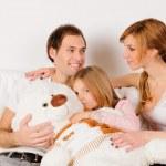rodzina szczęśliwy grając w domu — Zdjęcie stockowe #9161918