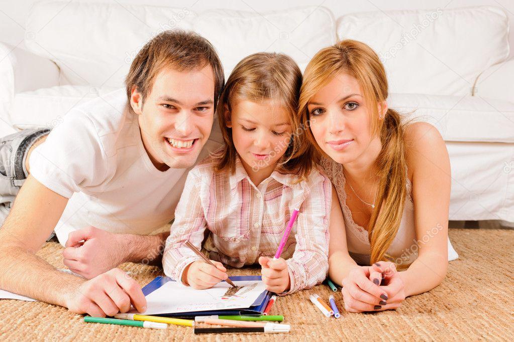 Familia feliz en casa divirtiéndose — Fotos de Stock © C ...