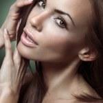 Ritratto di una bella donna bruna su sfondo verde — Foto Stock