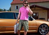 Portret van zakenman buiten het gebouw met behulp van mobiele telefoon — Stockfoto