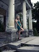 Mujer rubia posando al aire libre — Foto de Stock