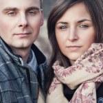 Retrato de la joven pareja en el paisaje de otoño — Foto de Stock