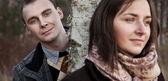 秋の風景の若いカップルの肖像画 — ストック写真
