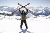 Man holding skis up — Foto Stock