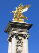 Alevlerini heykel aver Paris Pont Alexandre Iii — Stok fotoğraf