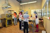 Crianças cozer pão na padaria — Fotografia Stock