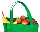 återanvändbara grön väska med dagligvaror — Stockfoto