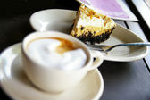 Frothy coffee and cake — Stockfoto