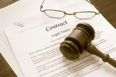 Contract and gavel — Stock Photo