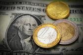 Pièces de monnaie dollar et euro — Photo