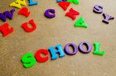 """Dětské barevné plastové dopisy zpřesňující """"školy"""" — Stock fotografie"""